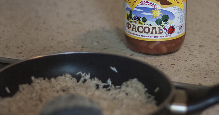 обжариваем рис на растительном масле 5 минут