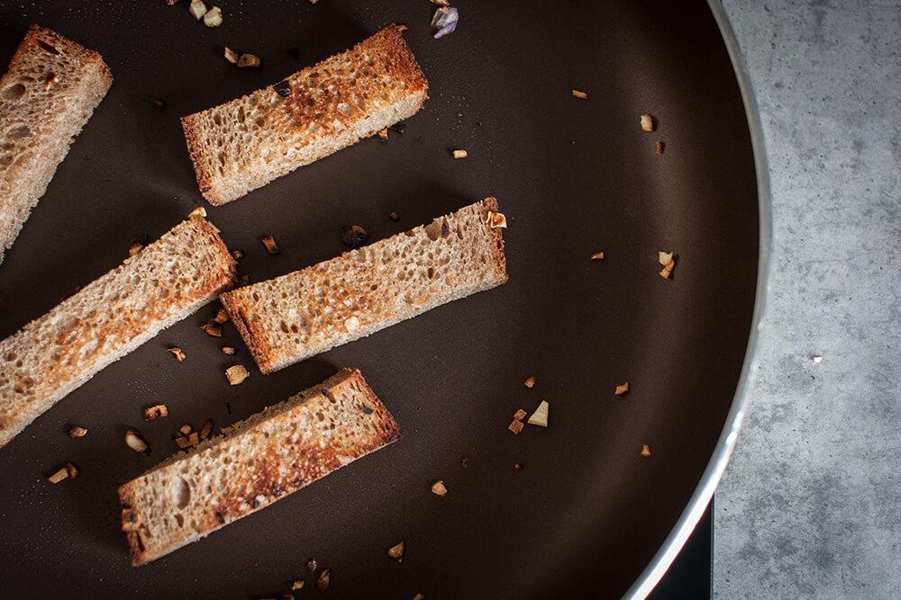 готовим чесночные гренки, чтобы есть их с соусом из кабачковой икры