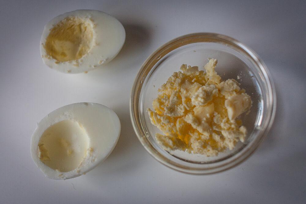 Фаршируем яйца кабачковой икрой