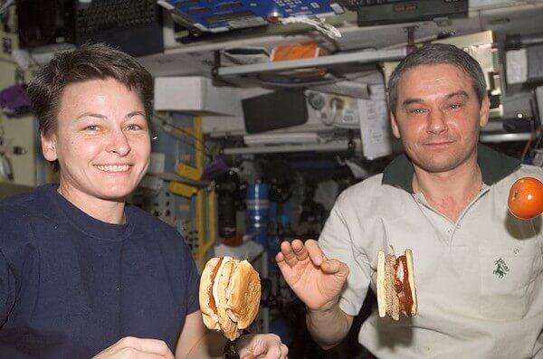 На орбите едят даже гамбургеры