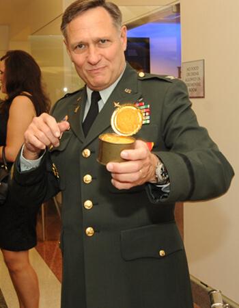 Военный съел 40-летний кекс из своего рациона в день отставки